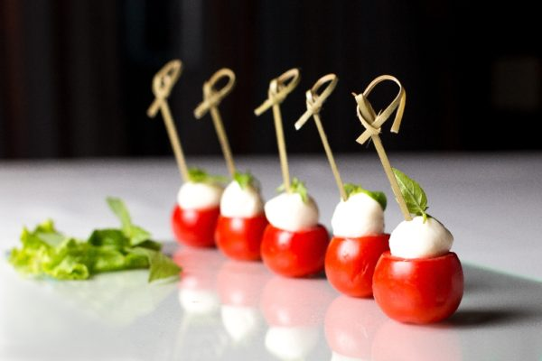 kanape-s-syrom-macarella-i-tomatom