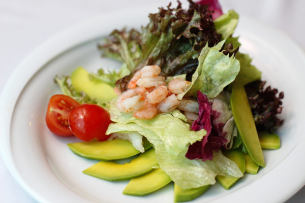 legkiy-salat-iz-avokado-s-moreprodukt
