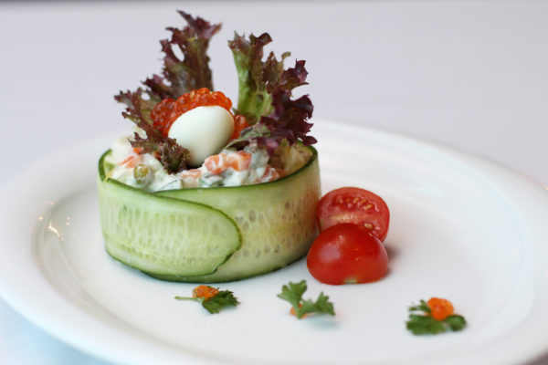 salat-iz-kopchenoy-ryby-s-perepelinymi